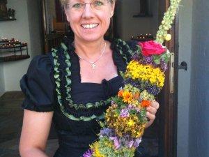 Kräuterwirtin Silvia mit Kräuterbusch
