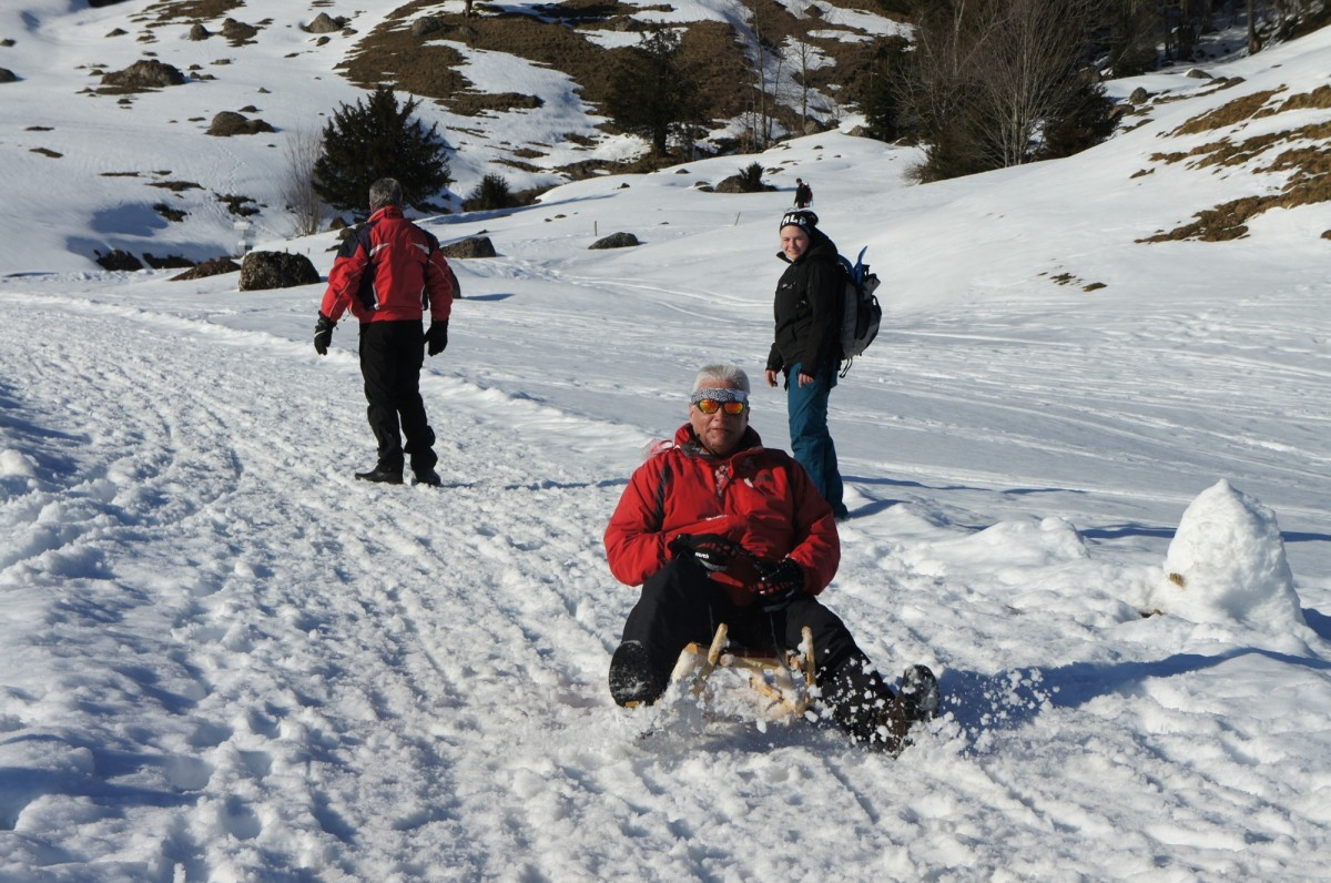 Der Schnee spritzt unter den Kufen bei Wolfgang - Action Pur!