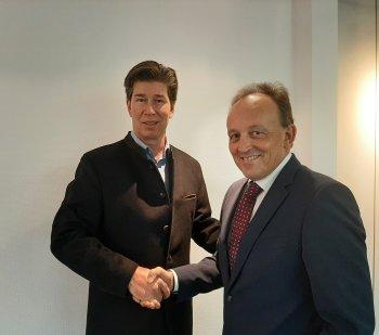 Adalbert Schall gratuliert Klaus King