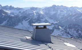 Metalldach mit Schneefangsystem auf 2000 m