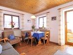 Wohnraum mit Essecke (Wohnung 2)