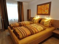 2. Schlafzimmer mit Zugang zum Bad