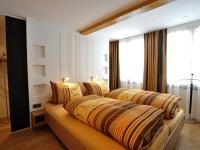 1. Schlafzimmer, TV, begehbarer Kleiderschrank