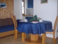 Wohnzimmer mit Essplatz und Küche Enzian