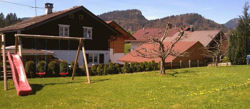 Unser Garten mit Schaukel u. Rutsche für unsere kleinen Gäste