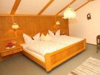 Urgemütlich im Schlafzimmer der Ferienwohnung