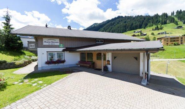 Landhaus-maria-theresia-ferienwohnungen-kleinwalsertal--eingangsbereich-umgebung-ruhige lage-zentral-bushaltestelle-bergschule-t