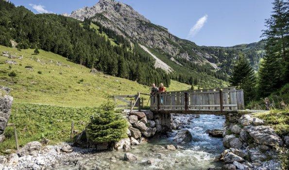 Gemsteltal Wandern Bach Bruecke (c) Dominik Berchtold - Kleinwalsertal Tourismus eGen