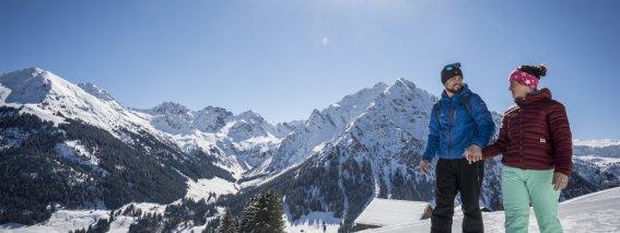 Spaß zu Zweit beim WinterWandern am Höhenweg