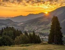 Die Sonne geht unter im Tal