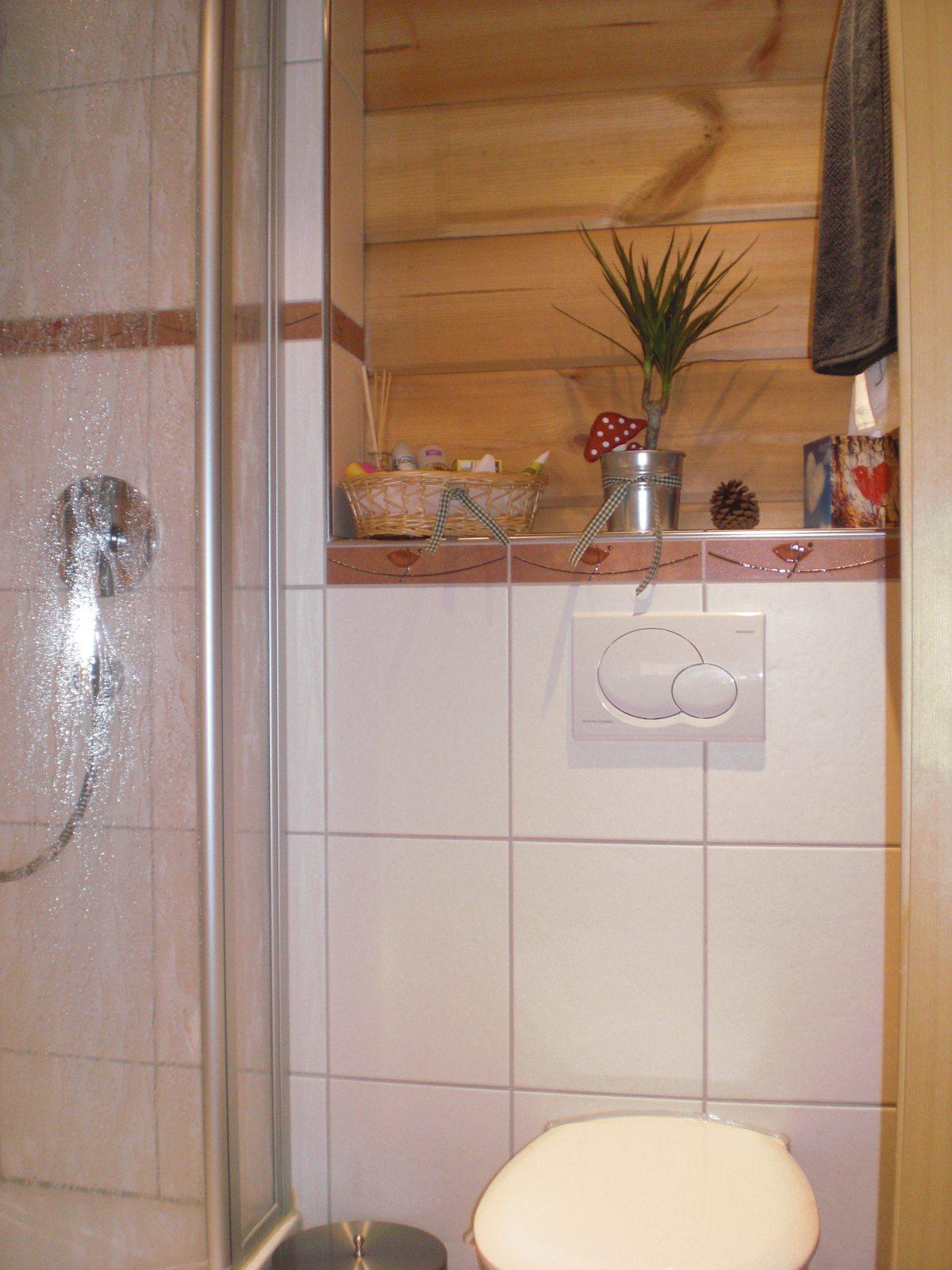 schönes neues Bad im Holzhaus