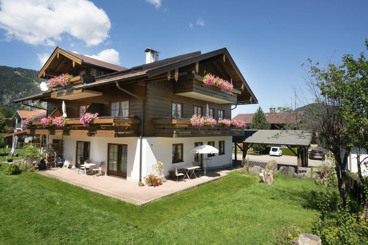 Holzbalkon landhaus kreative ideen f r innendekoration for Wohndesign landhaus