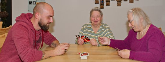 Beim Karten spielen im Wohnheim
