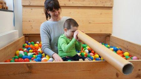 Kind mit Kindheitspädagogin