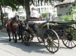 Historischer Landauer mit Blumenschmuck