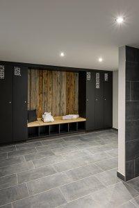 Eingangsbereich mit Duschen und Schränken