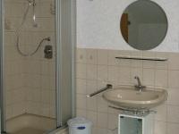 Waschgelegenheit und Dusche