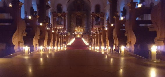 Kirche mit Kerzen
