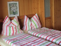 Bett mit neuen Matratzen