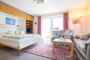 Wohnung 2 - Wohnzimmer mit Schrankbett