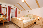 Helles und freundliches Schlafzimmer in Ferienwohnung Nr. 1