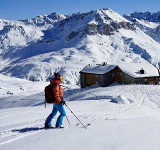 Skitouren St Antönien Hütte u Person