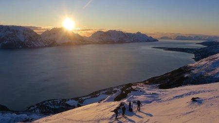 Skitour auf Nordmannvikktinden in der Mitternachtssonne, Kåfjord, Lyngen Alps