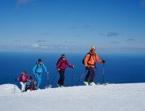 Skitour Island, Skitourengruppe vor Meer
