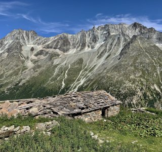 Wandern Alpen Hütte mit Felsspitzen