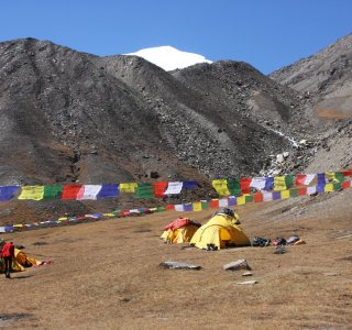 Basislager mit Gebetsfahnen in Nepal