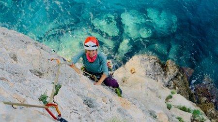 Klettern über dem meer in sardinien