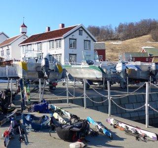 Lyngen Alps, Hafenszene auf der Insel Uløya