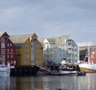 Hausreihe im Hafen von Tromsø