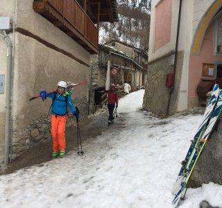 Preit, Skifahrer laufen durchs Dorf