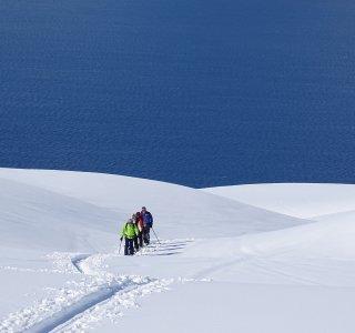 Skitourengruppe am Lyngenfjord, Ostufer im Aufstieg,