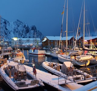 Skitour-lofoten-Svolvear-hafen-night