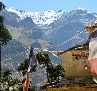 Nepal, Stupa mit Gebetsfahnen, Trekking Dolpo