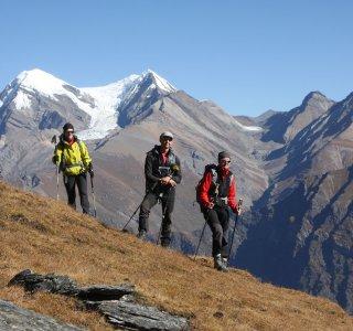 Drei Bergsteiger beim Anmarsch zur Putha Hiunchuli