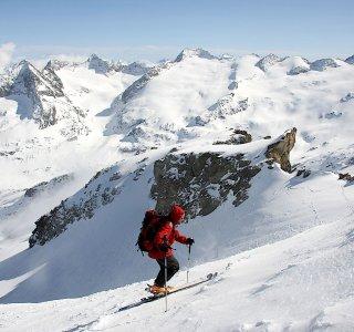 Berner Oberland Haute Route www.mountain-spirit.de Skitourengeher im Aufstieg zur Gaulihuette