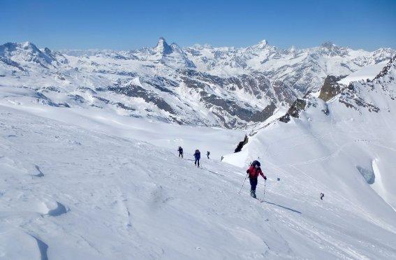 Gruppe im Aufstieg vor dem Matterhorn