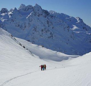 Skitouren auf den Lofoten, Gruppe im Aufstieg zum Matmora