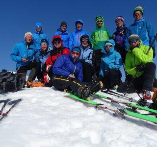 Skitourengruppe am Gipfel des Storekågtinden, Insel Kågen