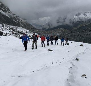 Schlechtwetter Einbruch, Gruppe am Gletscher