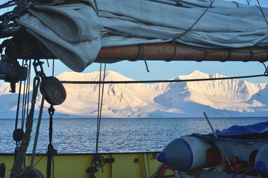 Aussicht vom Segelschiff auf die Inseln Spitzbergen