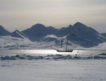 Segelschiff Nooderlicht im Abendlocht vor Spitzbergen