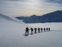 Skitourengruppe im Aufstieg, Gletscher in Spitzbergen