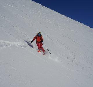Skifahrerin in der Kurvenausfahrt, abseits der Piste