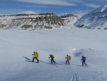Skitourengruppe im Aufstieg auf der Insel Spitzbergen