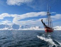 Das Segelschiff Nooderlicht vor der Küste Spitzbergens