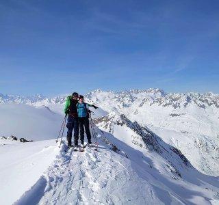 2 Skifahrer am Gipfel, Berge, Wolken